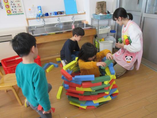 小さなブロックを積み上げてお家作りを楽しんでいます★