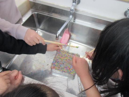 クーピーの削りカスは水に溶けるのか実験・・・