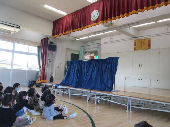先生たちからのプレゼントは人形劇。「3匹のこぶた」のお話です。
