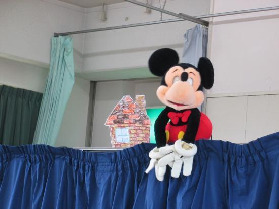 「3匹のこぶた」のお話に、なぜかミッキーマウスが登場・・・。